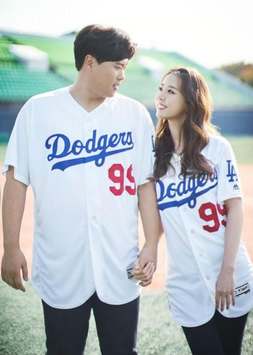 로스앤젤레스 다저스 유니폼을 입고 웨딩 사진을 찍은 류현진과 배지현 아나운서