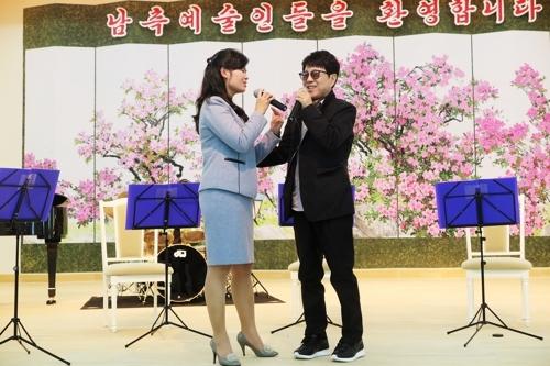 [사진]인사이트엔터테인먼트 제공, 함께 노래하는 조용필(오른쪽)과 북한 현송월 삼지연관현악단 단장