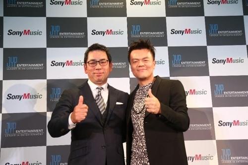 [사진]JYP엔터테인먼트 제공, 소니뮤직 무라마쓰 순스케 대표(왼쪽)와 JYP 박진영 대표 프로듀서