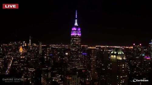 [사진]엠파이어 스테이트 빌딩 공식 홈페이지 캡처, 21일 밤 보랏빛으로 물든 뉴욕 엠파이어 스테이트 빌딩