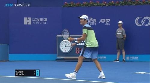 [사진]테니스 TV 중계 화면 캡처, 권순우와 푸유의 1회전 경기 모습