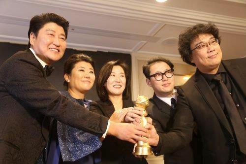 [사진]연합뉴스, 골든글로브 트로피 든 기생충 팀