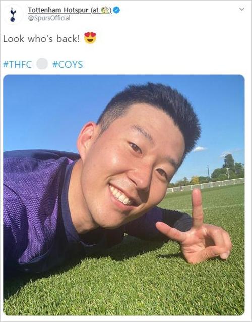 [사진]토트넘 트위터 캡처, 토트넘 훈련장에서 손가락으로 'V자'를 펼쳐 보인 손흥민