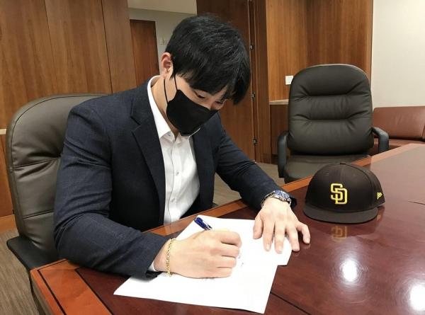 [사진]샌디에이고 구단 공식 트위터 계정 캡처, 계약서에 사인하는 김하성